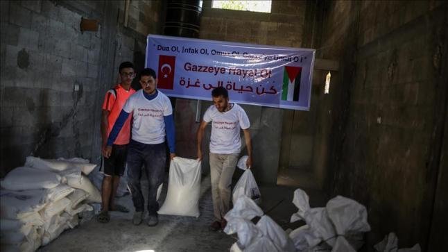 فريق تطوعي تركي يوزع مساعدات غذائية على عشرات الأسر الفلسطينية في قطاع غزة