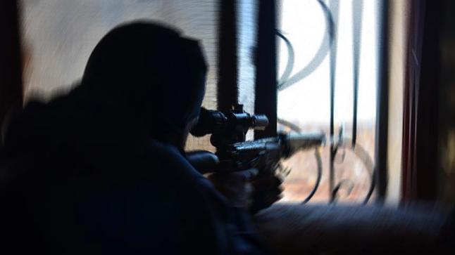 القوات العراقية تعثر على فتاة أجنبية تحت العشرين بالموصل القديمة وبحوزتها سلاح قنص