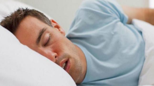 من اخطار الشخير أثناء النوم الإصابة بالزهايمر والعمل على علاجها في المنزل
