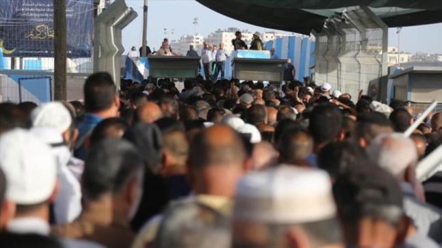 سلطات الاحتلال الإسرائيلي ترحل مئات الفلسطينيين عقب إلغاء تصاريح الدخول