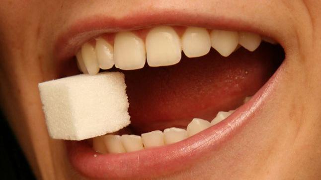 علاقة السكر بتسوس الأسنان … وكيف الحفاظ على سلامة أسنانك