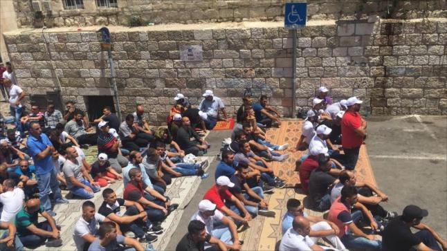 مئات الفلسطينيين يؤدون صلاة الجمعة داخل المسجد الأقصى وعشرات الآلاف في محيطه