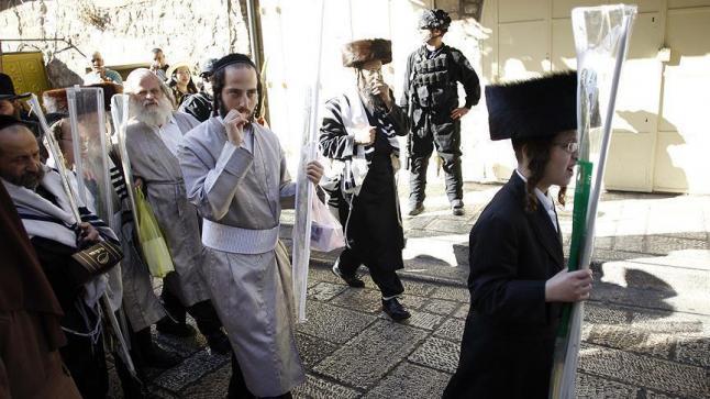 """مستوطنون يهود يقتحمون الأقصى في ذكرى عيد """"نزول التوراة"""" تحت حماية الشرطة الإسرائيلية"""