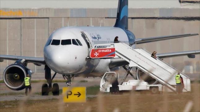 إطلاق سراح ركاب الطائرة الليبية المختطفة مع استمرار حجز طاقم الطائرة