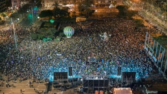 آلاف الإسرائيليين ينظمون تظاهرة في تل أبيب لدعم جهود حل الدولتين والتنديد بالحكومة الإسرائيلية
