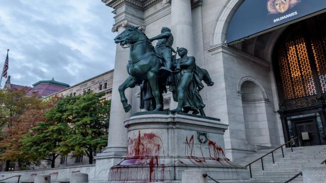أزالة تمثال رئيس أمريكي من أمام متحف في نيويورك