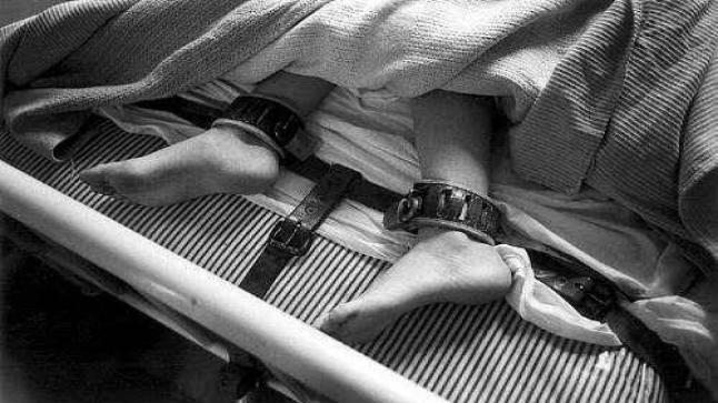 ربط رجل هندي مسن في سرير داخل مستشفي حتي يقوم بدفع مصاريف العلاج