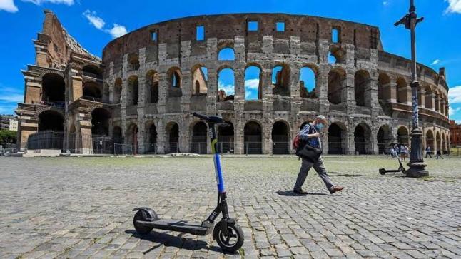 تغزو دراجات سكوتر كهربائية كل شوارع روما