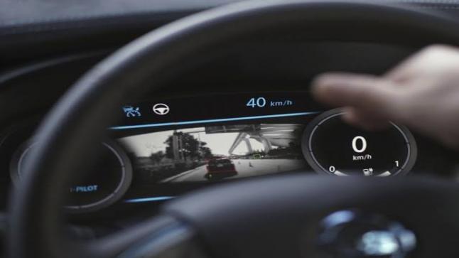 شركة مرسيدس تطور في صناعة السيارات الذكية
